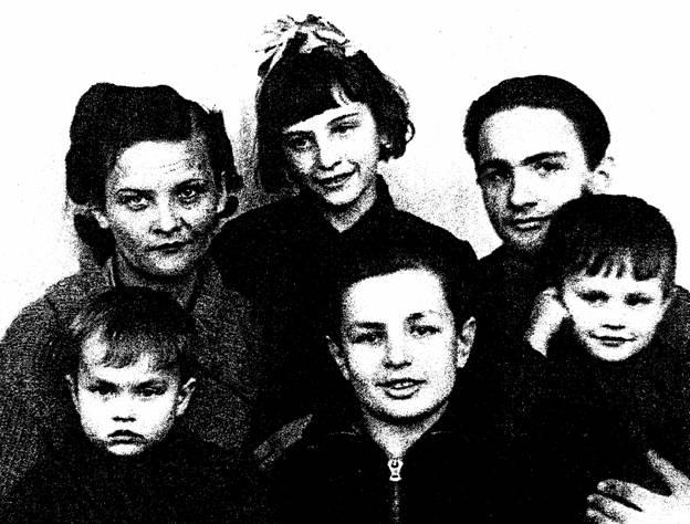 Братья Запашные мама с четырьмя моими братьями и сестрой Нонночкой.