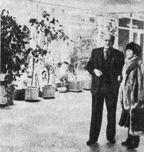 Директор Днепропетровского цирка A. Ниеитин u заслуженная артистка Азербайджанской ССР Д. Ширвани  в холле.