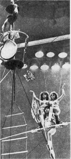 Фрагмент номера под руководством H. НИКОЛЬСКОГО. Фото Б. КАЗАКОВОЙ и A. ШИБАНОВА