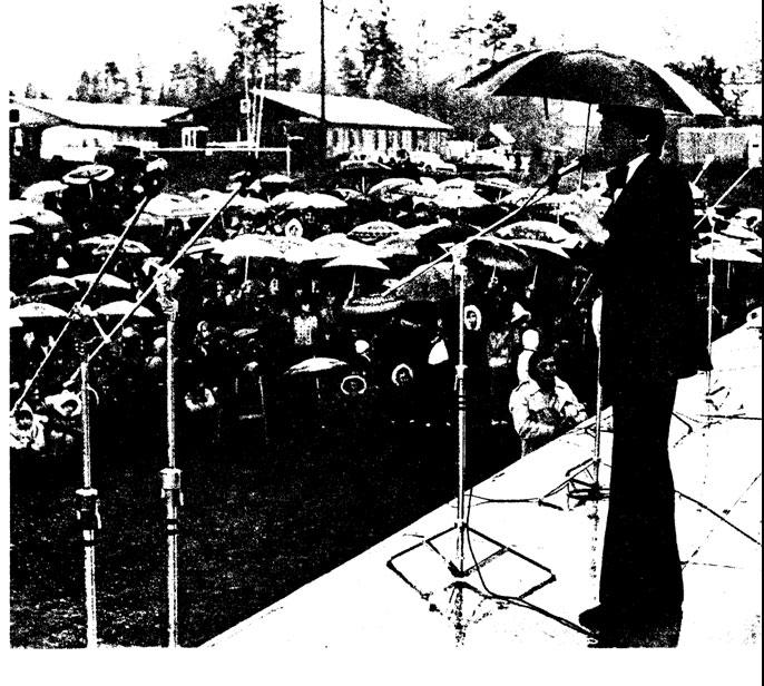На фото. Концерт состоится при любой погоде. БАМ, поселок Северобайкальск, выступает конферансье г. Баскин