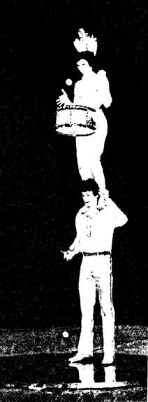 Танц-жонглеры ЛАРИСА и ИГОРЬ АГАРОНОВЫ.  Фото Г. Поляк