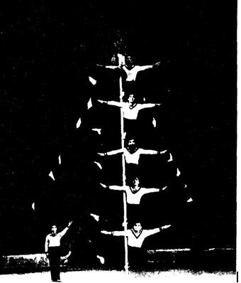 «Смелые моряки» — гимнасты на мачте под руководством ЛИ УН СУ. Фото A. ШИБАНОВА