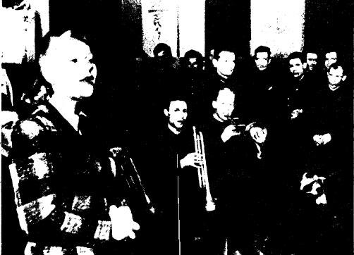Фото из ЭКСПОЗИЦИИ музея: K. ШУЛЬЖЕНКО выступает на призывном пункте ве Ленинграде. 1991 г.