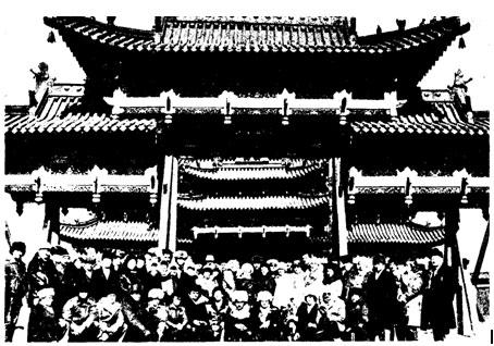 Советские и монгольские артисты во время гастролей советского цирка в МОНГОЛИИ.