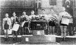 Советская команда — победителъница первенства мира 1955 года в Карлсруэ. ФРГ. Слева направо: Н. Гараев (2 место), чемпионы мира В. Сташкевич, Г. Гамарник, В. Манеев, Г. Картозия, В. Николаев, A. Мазуp