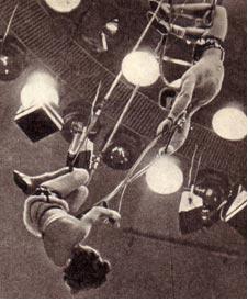 Еще секунда, и воздушная гимнастка Е. Чивела ринется из-под купола к манежу