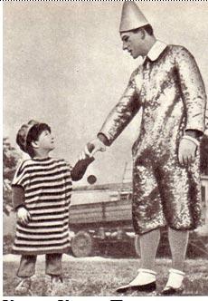 Клоун Карел Павлата с маленьким другом. (Из чешского фотоальбома о цирке)
