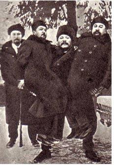 Иван Заикин держит на руках А. И. Куприна (на фото справа) и писателя А. Н. Будищева