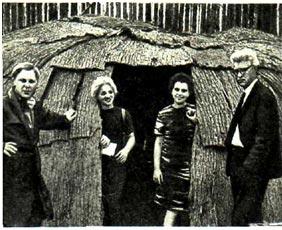 Нам разрешили зайти в хижину индейской деревушки
