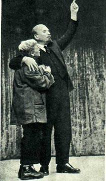 В. И. Ленин (артист П. Морозов) и мальчик — связной (артистка М. Тархова)