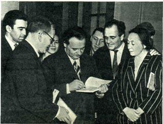 Писатель А. Дунаевский   часто   встречается   с   читателями   своей   кнкги   о   Гашеке