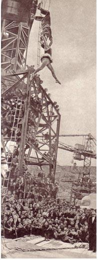 Заслуженным артистам Чечено-Ингушской АССР А. и П. Баландиным хорошо видно с подъемного крана строительство Красноярской ГЭС. Им не привыкать работать но такой «аппаратуре», они часто ее используют во время  шефских  представлений  на  заводах  и стройках.