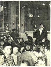 Заслуженный артист Н. Ольховиков выступает перед детьми шахтеров (г. Лилль)