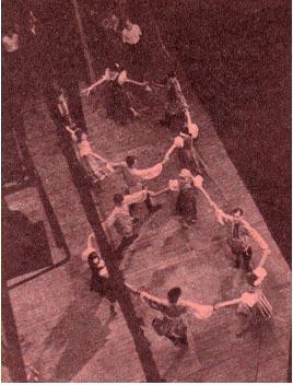 Репетируют участники народного ансамбля «Юность»