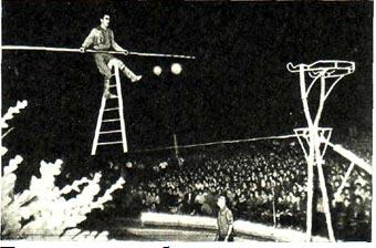 Под открытым небом прошло представление в одном из пионерских лагерей у Будапешта. Затаив дыхание, следят юные зрители за выступлением артиста Н. Манукяна.