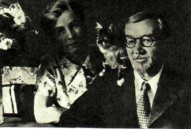 Е. И. Куприна и Д. И. Куприн с кошкой Ю-ю (Москва, 1937 г.)