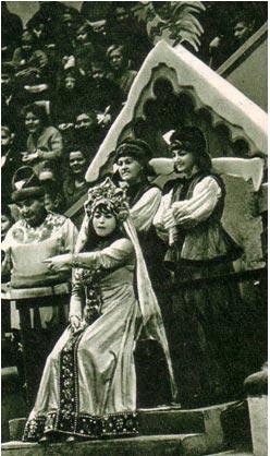 Ребята удивлены – они смеются вовсю, а царевна Несмеяна даже не улыбается. Фото А. Новикова.