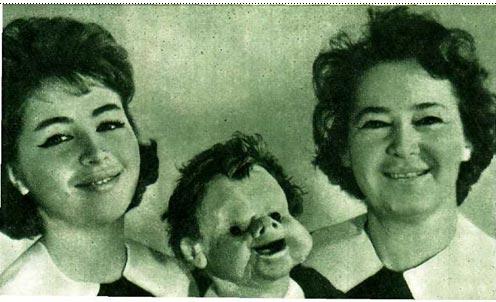 Мария Григорьевна и Женя Донские с куклой Андрюшей (справа налево)