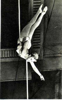 Галина Петринская под куполом цирка. Фото  Л.  Хлюппе