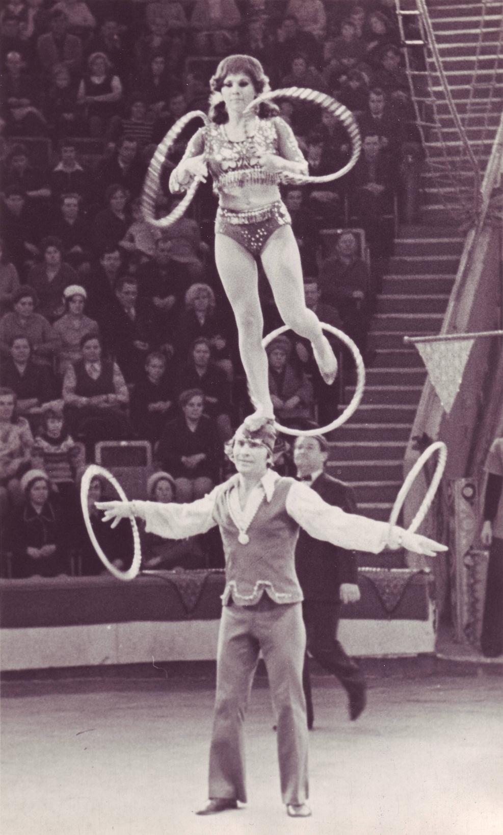 Зрители с восторгом наблюдали за бесстрашной работой на высоте гимнастки на полотнах дарьи костюк