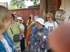 В центре в соломенной шляпке, полноватая, низенького роста, директор музея Климова Евгения Михайловна.
