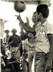 С большим интересом следили за выступлением советского жонглера А. Артамонова  рабочие сахарного  завода «Гавана Либре»
