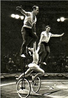Велофигуристы циркового коллектива Дворца культуры московских автомобилестроителей. Фото В. ПОНЯРСКОГО