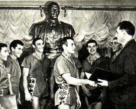 Директор Саратовского цирка И. ДУБИНСКИЙ вручает молодым исполнителям «Свидетельства о посвящении в  артисты советского цирка»