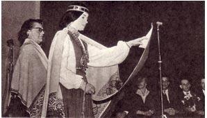 На   сцене — солистки  женского  хора. Рига 1964