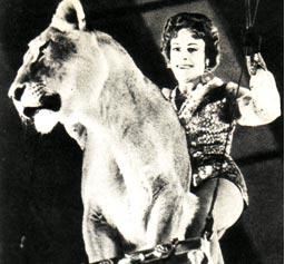 Народная артистка РСФСР ИРИНА  БУГРИМОВА  со своим четвероногим партнером Раджем