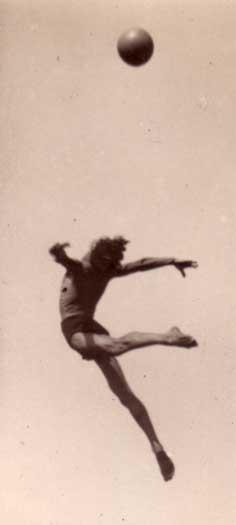 На ней изображен какой-то парень в одних плавках. Высоко подбросив мяч, он так же прыгнул ему вслед. Как будто хотел улететь вместе с ним. Фотка черно белая, но пожелтевшая от времени. Ей по меньшей мере… И тут я прыгнул вслед за ним.