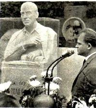 Композитор Тихон Хренников выступает на митинге, посвященном открытию надгробия на могиле И. О. Дунаевского.