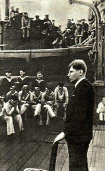В. Н. ЯХОНТОВ выступает перед военными моряками