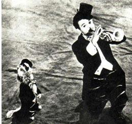 В смотре участвует молодой клоун Е. МАЙХРОВСКИЙ