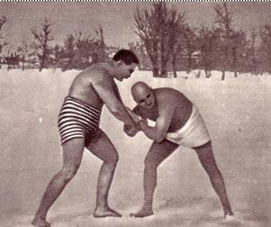 В редкие дни  фронтового затишья любил  Григорий  Иванович  Котовский (справа)  побороться на  снегу. Редкий снимок