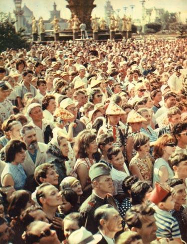 На четвертой странице обложки журнала Советский цирк. Сентябрь 1967 г.: десятки тысяч москвичей и гостей столицы, с интересом смотрели выступления артистов в День цирка на ВДНХ. Фото Е. САВАЛОВА