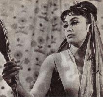 —  Скажи мне, зеркальце, кто прекраснее всех на свете? — спрашивает злая королева Гингема
