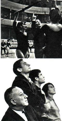 Директор и художественный руководитель училища заслуженный деятель искусств РСФСР А. ВОЛОШИН вместе со студентами наблюдает за репетицией воздушных гимнастов.