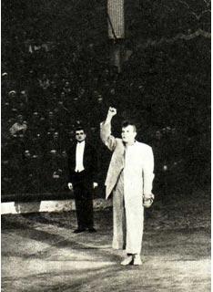 В. Е. Лазаренко и его партнер А. Иванов на манеже Московского цирка