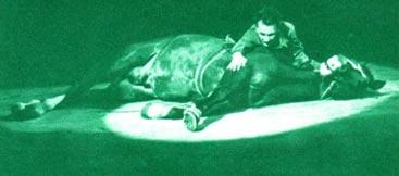 Сцена ранения командира партизанского отряда Калины (артист М. КОЧЕНОВ) из спектакля «Партизанская баллада».