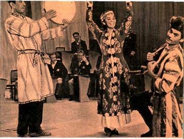 Харезмский танец. Солисты – Иркиной Расульходжаева и Фанк Абдурахманов. Аккомпанирует на дойре – Мирджалил Мирхалилов