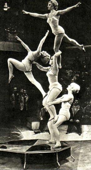 Художественно-акробатическая группа — В. Озолинь, А. Редкославина, С. Пушкина и С. Рукис.