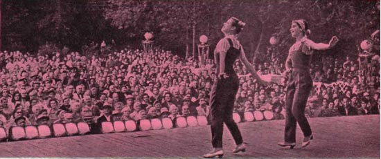 А. Анкудинова и Л. Горнакова в молодежном танце «Веселая бригада»