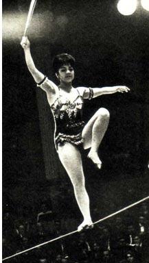 Танцует Нина Логачева