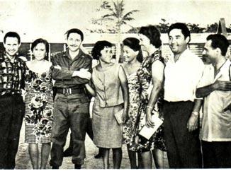 В гости к советским артистам приехал вице-премьер-министр Рауль Кастро (третий слева)