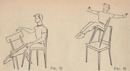 Девушка садится на ножку стула фото 684-501