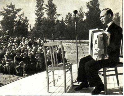 Ю. Казаков выступает перед сибиряками-строителями