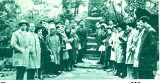 Советские артисты у памятника Шопена