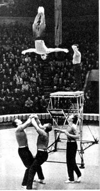Акробаты  на оригинальном трамплине Абапаловы