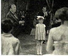 Режиссер-инспектор М. МОСКВИН вручает кубок Л. ТОМКЕВИЧ — ведущей цирка «Юность».